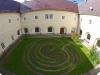Labyrinth im Innenhof